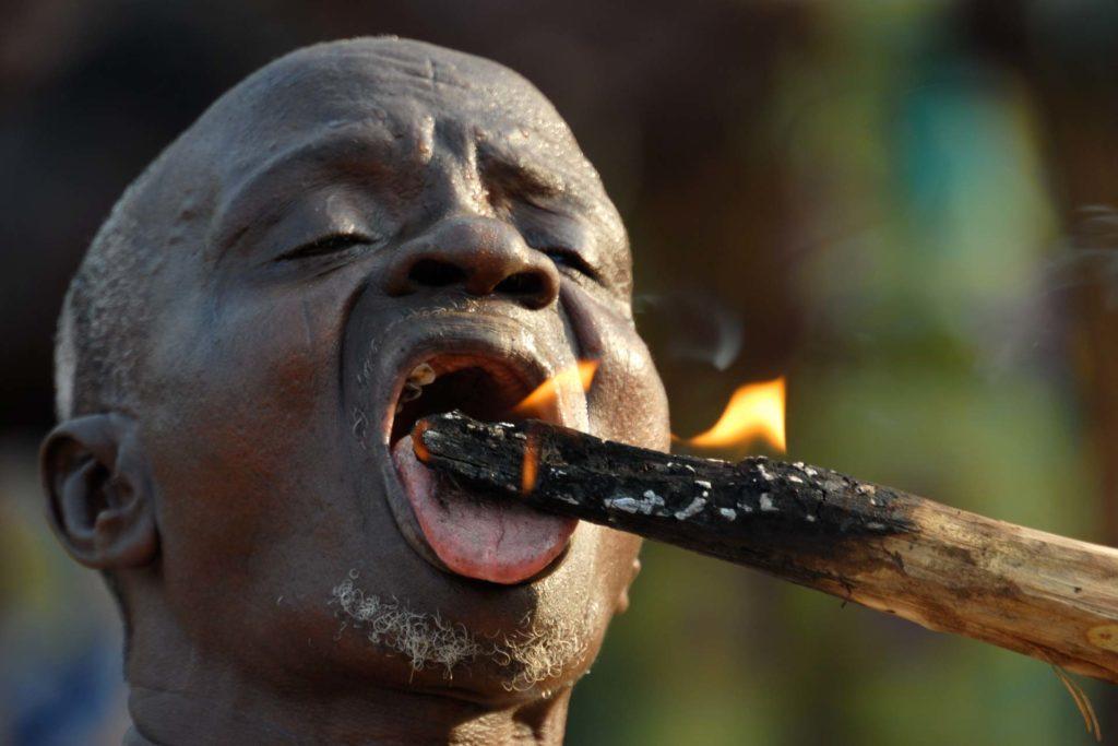 festival-in-togo-transafrica-uomo-bastone-fuoco